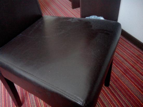 Zenia Hotel & Spa : exemple de poussière sur un siège de la chambre