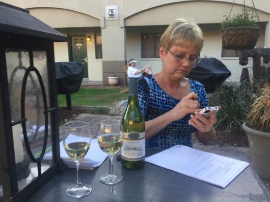 Vineyard Court Designer Suites Hotel: Checking e-mail during Happy Hour