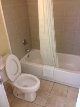 Rodeway Inn Charlotte \ Downtown: bath