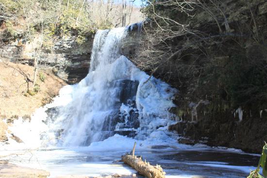 Cascades National Recreation Trail: Semi-frozen falls