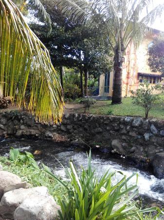 Hostal Gaia : Ao lado do hostel passa um riacho. À noite o único ruído que se ouve é da água a correr e do ven