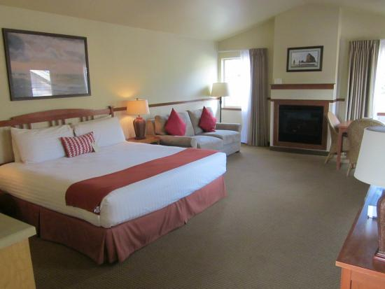Inn at Cannon Beach : Looking toward the fireplace