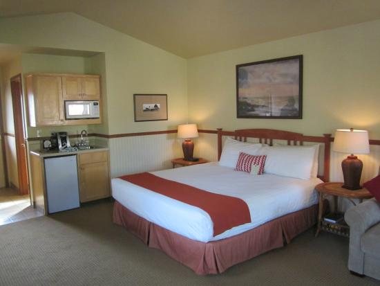 Inn at Cannon Beach : Looking toward the kitchenette