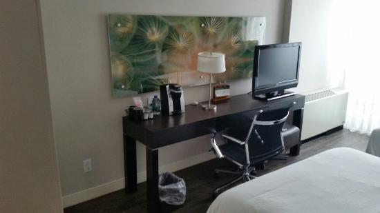 Hotel Indigo Boston - Newton Riverside: Desk/TV
