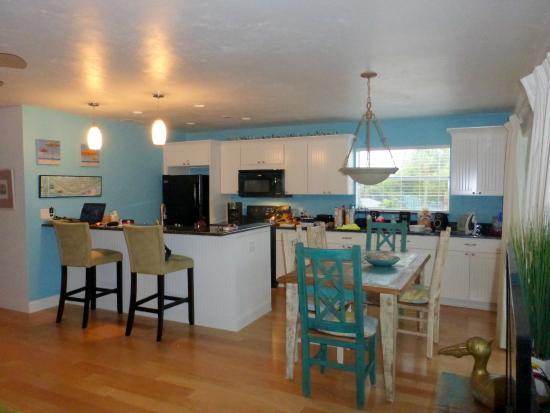 Sanibel Arms West Condominium: Kitchen