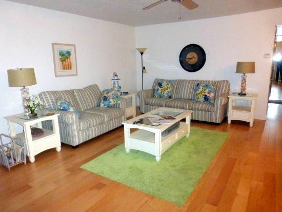 Sanibel Arms West Condominium: Open living space