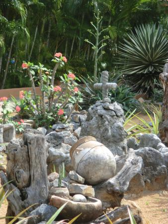 Mi Chayito : Garden with a cross