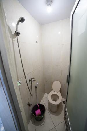Celebes Hotel: Bathroom of room 201
