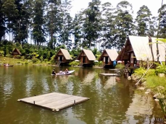 Dusun Bambu Family Leisure Park: food court di samping danau buatan