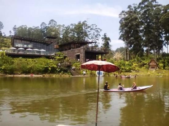 Dusun Bambu Family Leisure Park: wisata menaiki perahu