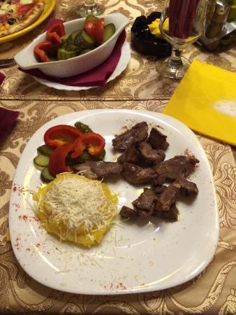 Restaurant Hanul Domnitorilor: Pastrama de oaie cu mamaliguta si muraturi