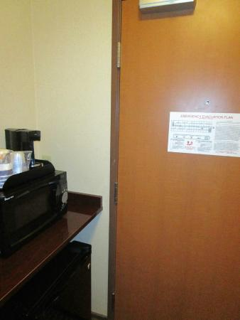 BEST WESTERN PLUS Portage Hotel & Suites: door to washroom