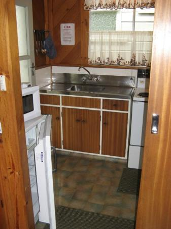 Tongariro River Motel: Unit 10 kitchen