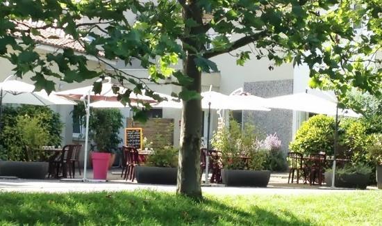 Le Moulin des Gardelles : Le jardin et la terrasse