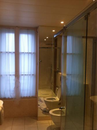 Salle de bain picture of aigle noir hotel fontainebleau for Salle de bain hotel