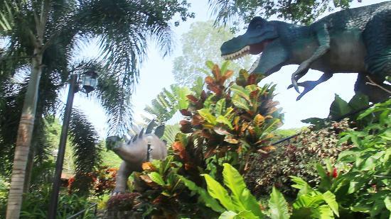 Flushing Meadows Resort & Playground: dinosaur garden park
