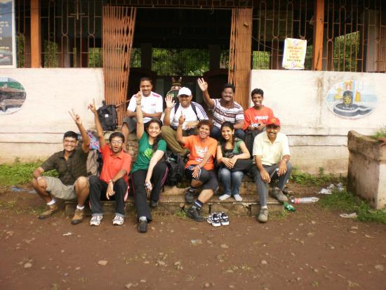 Thane, Índia: our entire group at the temple from where trails starts to fort Mahuli
