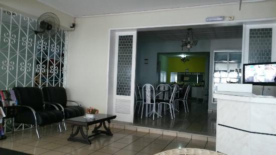 Pousada dos Leoes : Sala de TV, recepção e salão de café da manhã