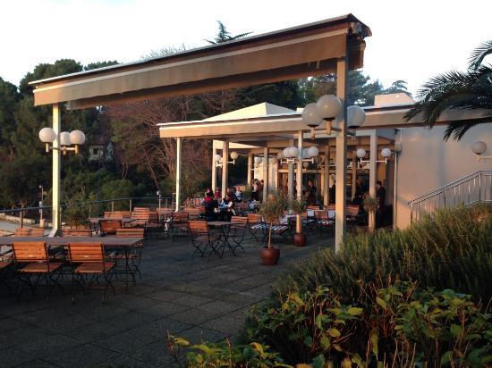 La terrasse ombragée - Picture of Restaurant Veli Zal, Mali Losinj ...