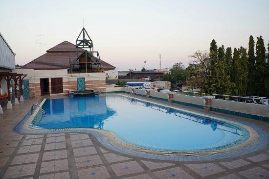 Dhevaraj Hotel: สระน้ำของโรงแรม