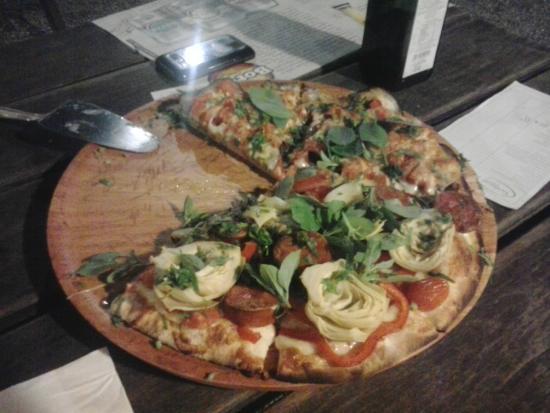 Tarthurel Pizzaria: Pizza com alcachofras, linguiça Blumenau e manjericão fresco