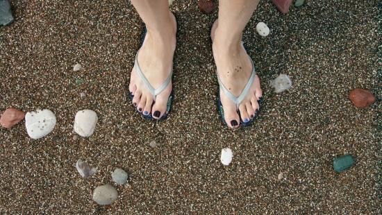 Becici, مونتينيغرو: Цветная галечка на пляже Бечичи