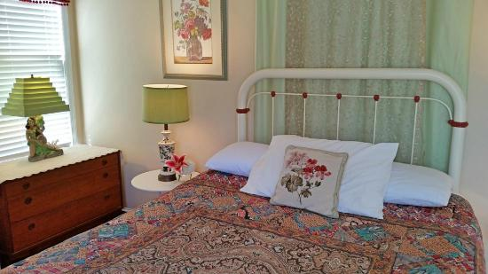 Mileybright Farmhouse: suite bedroom with queen bed