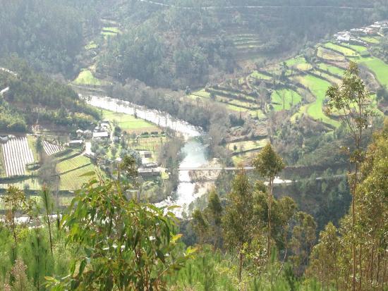 Quinta da Vila: Nearby village and river