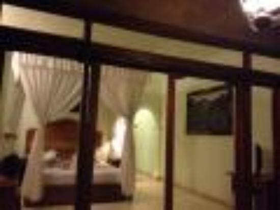 Kertiyasa Bungalow : 光のたくさん入る客室・広いベランダ