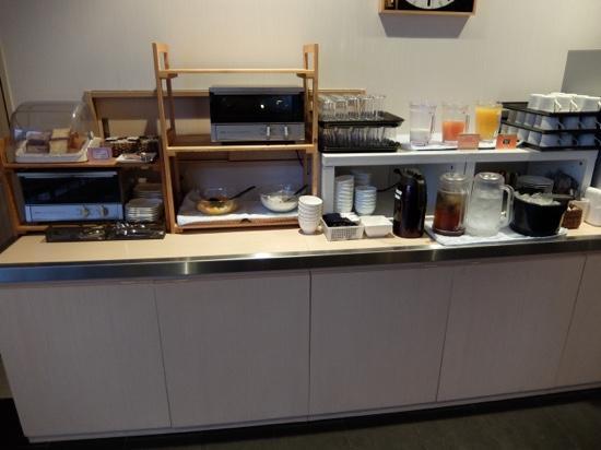 Green Rich Hotel Yamaguchi Yuda-Onsen : パン食のコーナー、飲み物は随時補充されます