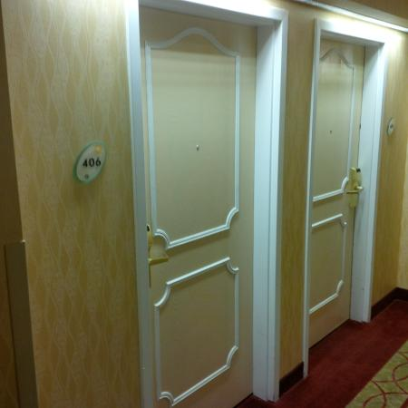 La Quinta Inn Rochester North: Hallway view - doors straight out of a 1970s motel