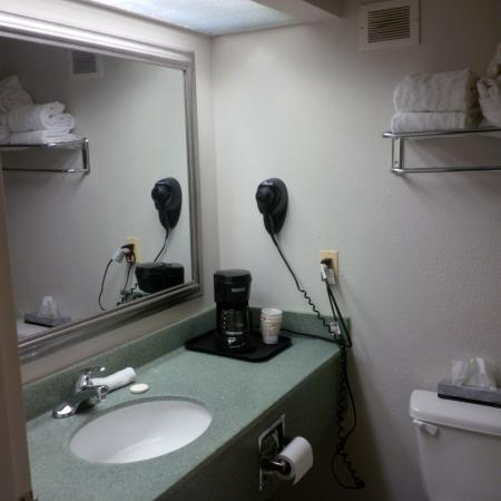 La Quinta Inn Rochester North: Even the coffee maker managed to be dirty/dusty/gross