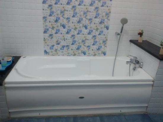 Subasree Cottage: bath tub