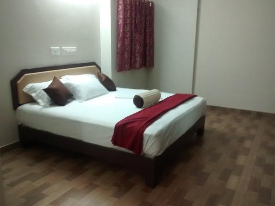 Subasree Cottage: king size bed