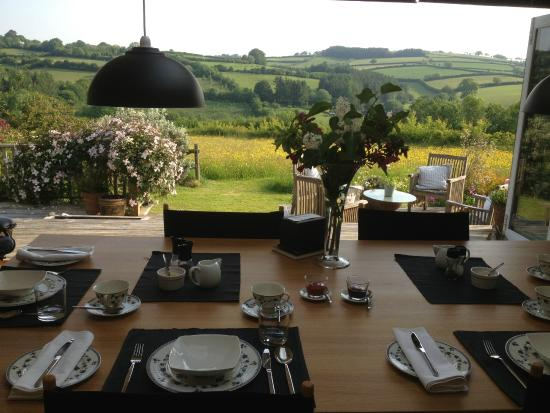 Mitchelcroft B&B: During the summer we open the doors and it's like eating outside
