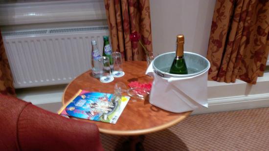 BEST WESTERN Ship Hotel Weybridge: Chilled sparkling wine