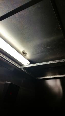 Red Roof PLUS+ Philadelphia Airport: Elevator celling