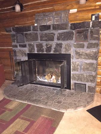 Sherwood Forest Motor Inn: Fireplace in cabin