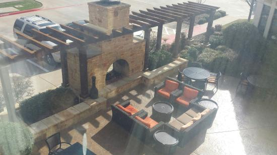 Hilton Garden Inn Dallas Lewisville: Outdoor fire place