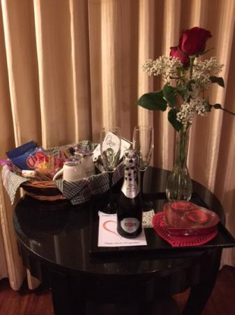 Townsend Gateway Inn: Valentine surprise and snack basket from hotel.