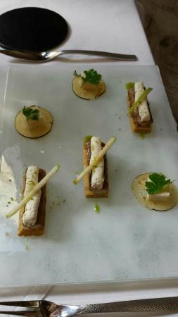 Les Menestrels: Entrée : anguille fumée, laquée au balsamique, tofu de raifort, blinis d'épeautre, crémeux pomme