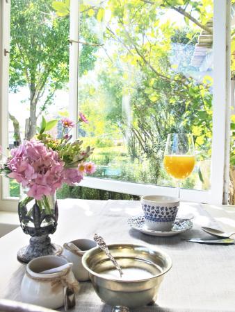 In the Vine Manor House: Breakfast