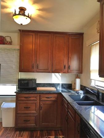 Dream Inn Mount Shasta: Newly Remodeled Kitchen in Suite 2.  New Cabinets, Quartz Counter tops, new sink, garbage dispos