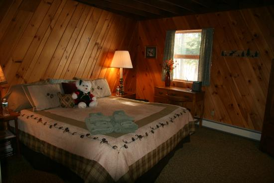 Red Pines Bed & Breakfast: Pine Room overlooks lake