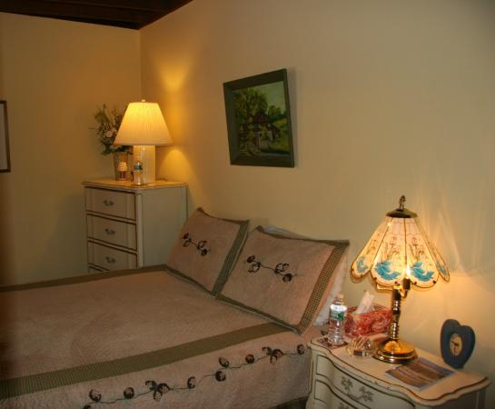 Red Pines Bed & Breakfast: Queen bedroom with half bath