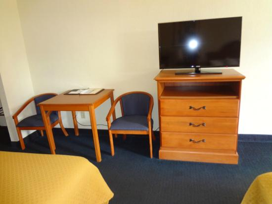 Quality Inn & Suites Airport: TV and Table