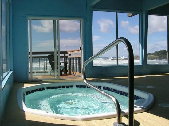 The Yachats Inn: 10 person 104 degrees inviting hot tub