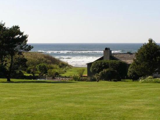 The Yachats Inn: Lush sprawling lawns