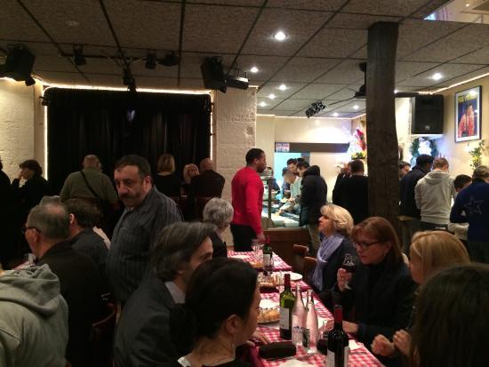 Le Petit Casino : Vue du fond de la salle, la scène au fond, le buffet à droite, le patron avec sa moustache à gau
