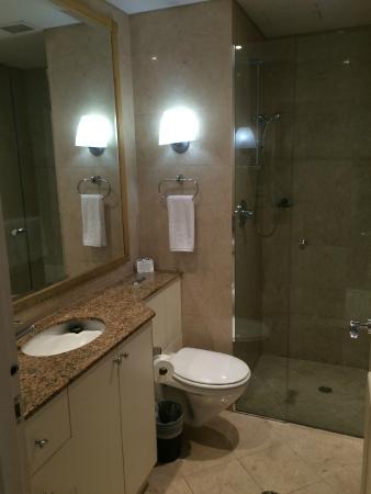 Mantra 2 Bond Street : The bathroom